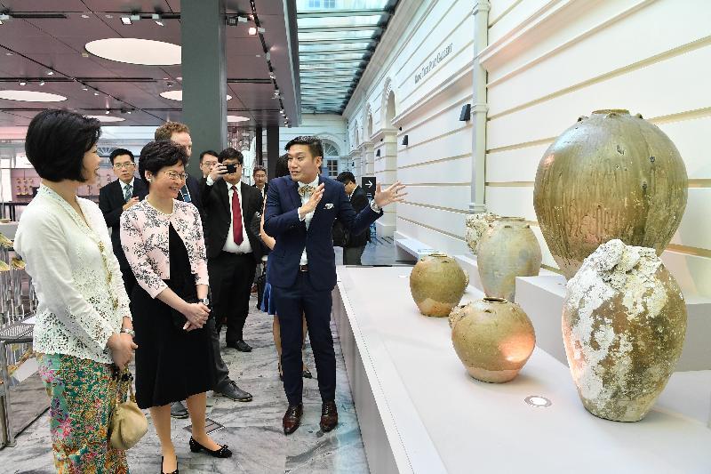 行政長官林鄭月娥今日(八月二日)展開訪問新加坡行程。圖示林鄭月娥(左二)參觀亞洲文明博物館。