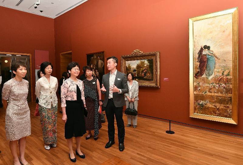 行政長官林鄭月娥今日(八月二日)展開訪問新加坡行程。圖示林鄭月娥(左三)在新加坡文化、社區及青年部高級政務部長沈穎(左二)陪同下,參觀新加坡國家美術館。