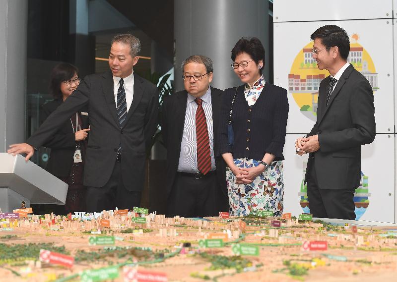 行政長官林鄭月娥今日(八月三日)繼續訪問新加坡行程。圖示林鄭月娥(右二)在新加坡市區重建局主席何學淵(左二)和局長黃南(左一)陪同下參觀市區重建局。