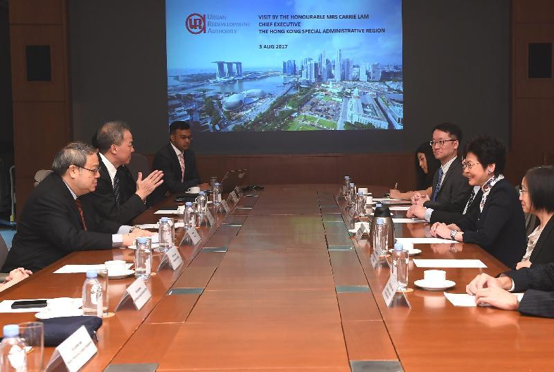 行政長官林鄭月娥今日(八月三日)繼續訪問新加坡行程。圖示林鄭月娥(右二)與新加坡市區重建局主席何學淵(左一)、局長黃南(左二)及其他代表會面。