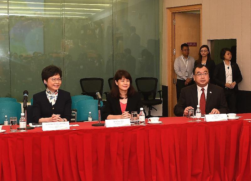 行政長官林鄭月娥今日(八月三日)繼續訪問新加坡行程。圖示林鄭月娥(左)參觀新加坡公共服務學院,並與院長兼總裁翁敦慧(中)會面。