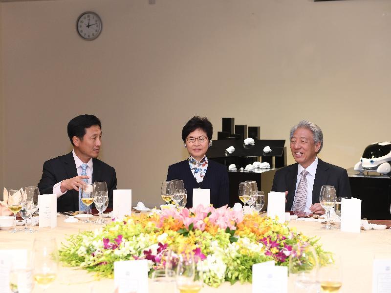 行政長官林鄭月娥(中)今日(八月三日)在新加坡出席新加坡副總理兼國家安全統籌部長張志賢(右)所設的午宴。