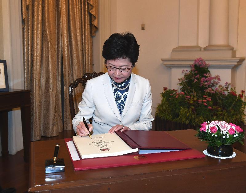 行政長官林鄭月娥今日(八月三日)繼續訪問新加坡行程。圖示林鄭月娥與新加坡總理李顯龍會面前簽署貴賓冊留念。