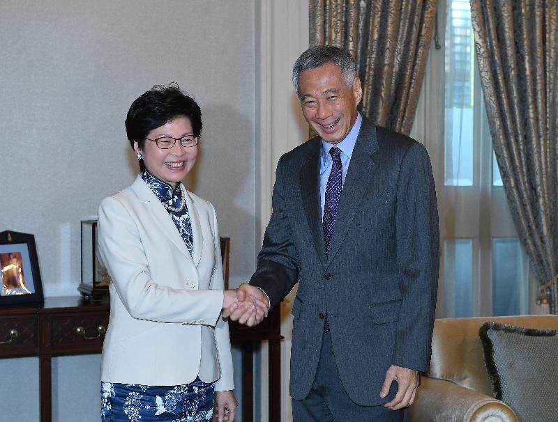 行政長官林鄭月娥今日(八月三日)繼續訪問新加坡行程。圖示林鄭月娥(左)拜會新加坡總理李顯龍(右),就雙方關注的議題交換意見。