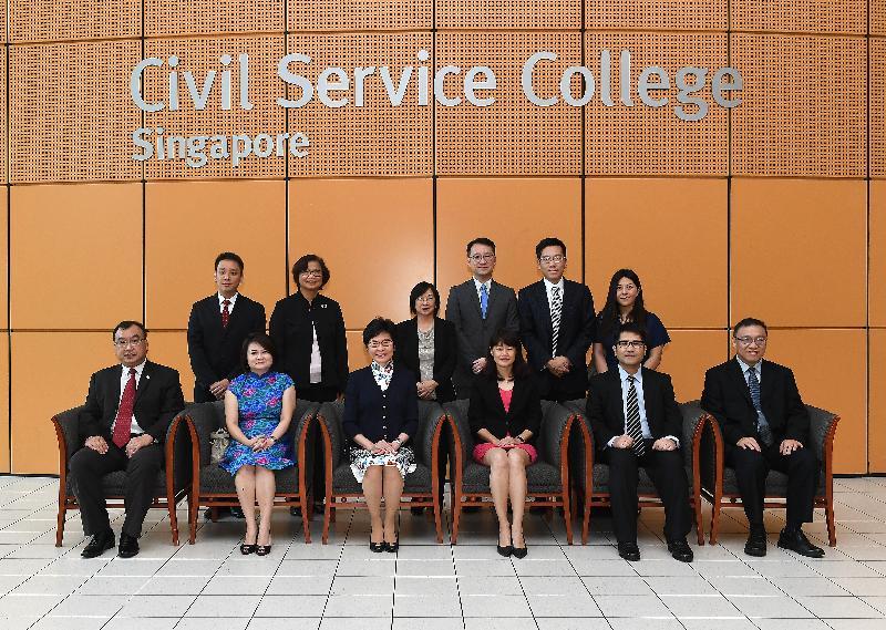 行政長官林鄭月娥今日(八月三日)繼續訪問新加坡行程。圖示林鄭月娥(前排左三)參觀新加坡公共服務學院,並與院長兼總裁翁敦慧(前排右三)及其他代表合照。