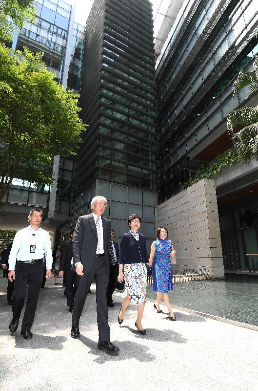 行政長官林鄭月娥今日(八月三日)在新加坡出席新加坡副總理兼國家安全統籌部長張志賢所設的午宴。 圖示張志賢(左二)迎接林鄭月娥(左三)。