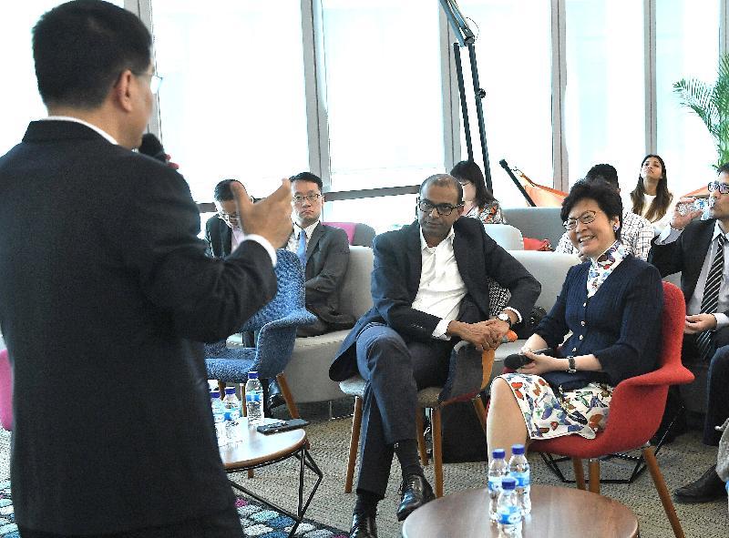 行政長官林鄭月娥今日(八月三日)繼續訪問新加坡行程。圖示林鄭月娥(右一)在創新數碼服務實驗室「GovTech Hive」聽取新加坡政府科技局副局長曾昭河介紹。旁為新加坡通訊及新聞部兼教育部高級政務部長普杰立(右二)。