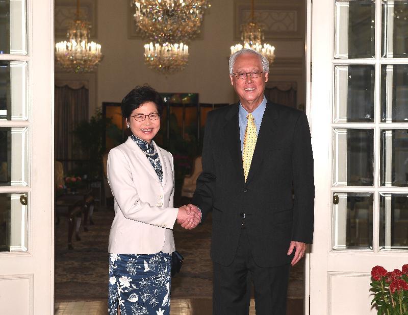 行政長官林鄭月娥今日(八月三日)繼續訪問新加坡行程。圖示林鄭月娥(左)與新加坡榮譽國務資政吳作棟(右)會面,就雙方關注的議題交換意見。