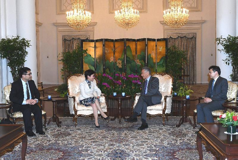 行政長官林鄭月娥今日(八月三日)繼續訪問新加坡行程。圖示林鄭月娥(左二)拜會新加坡總理李顯龍(右二),就雙方關注的議題交換意見。
