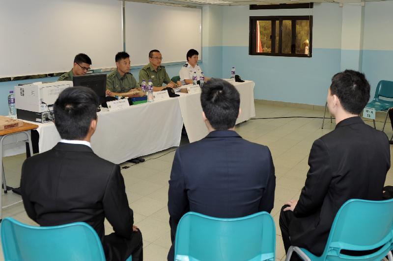 懲教署今日(八月四日)宣布現正招聘二級懲教助理。小組面試透過討論測試考生的知識、溝通技巧和組織能力等。