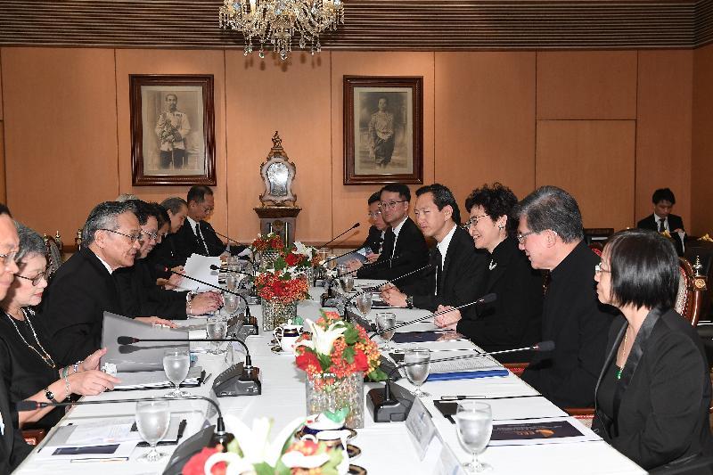 行政長官林鄭月娥(右三)今日(八月四日)在曼谷與泰國外交部長Don Pramudwinai(左三)及其他官員會面。