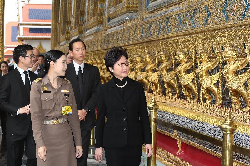 行政長官林鄭月娥(右一)今日(八月四日)在曼谷參觀大皇宮。