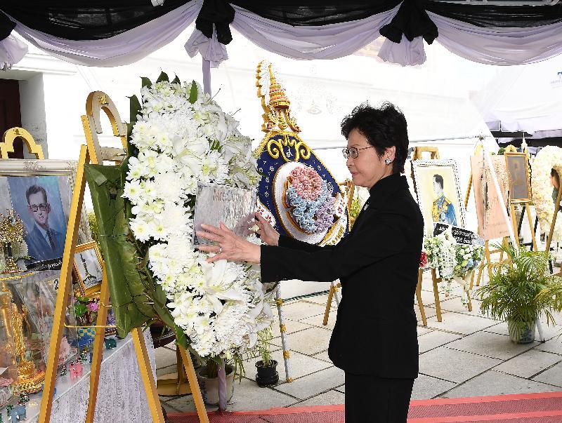 行政長官林鄭月娥今日(八月四日)展開泰國訪問行程。圖示林鄭月娥在曼谷大皇宮悼念已故泰國國王普密蓬‧阿杜德。