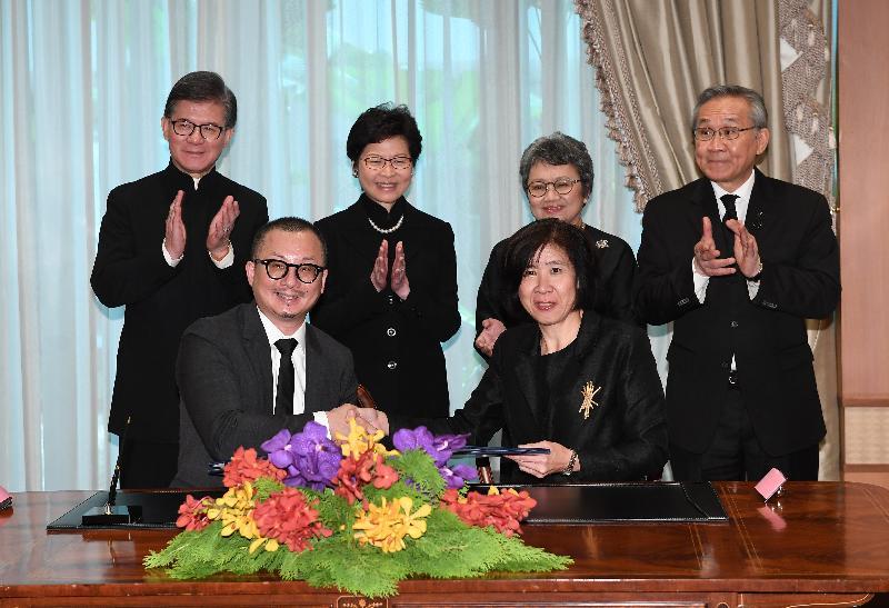 行政長官林鄭月娥(後排左二)今日(八月四日)在曼谷與泰國外交部長Don Pramudwinai(後排右一)、香港貿易發展局(貿發局)主席羅康瑞(後排左一)和泰國商務部長Apiradi Tantraporn(後排右二)一同見證香港貿易發展局與泰國商務部國際貿易促進局簽署意向書。該意向書旨在加強貿易推廣、提升貿易能力,以及培育初創企業、年青企業家和人才。