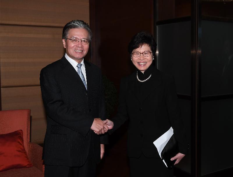 行政長官林鄭月娥(右)今日(八月四日)在曼谷拜會中國駐泰國大使寧賦魁(左)。