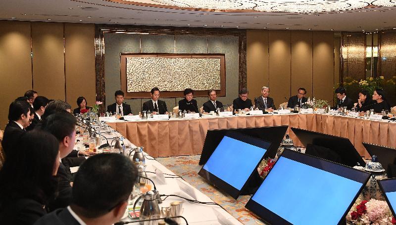 行政長官林鄭月娥(左四)今日(八月四日)在曼谷與泰國的工商領袖舉行圓桌會議,探討合作機會。圖示林鄭月娥在會議上發言。