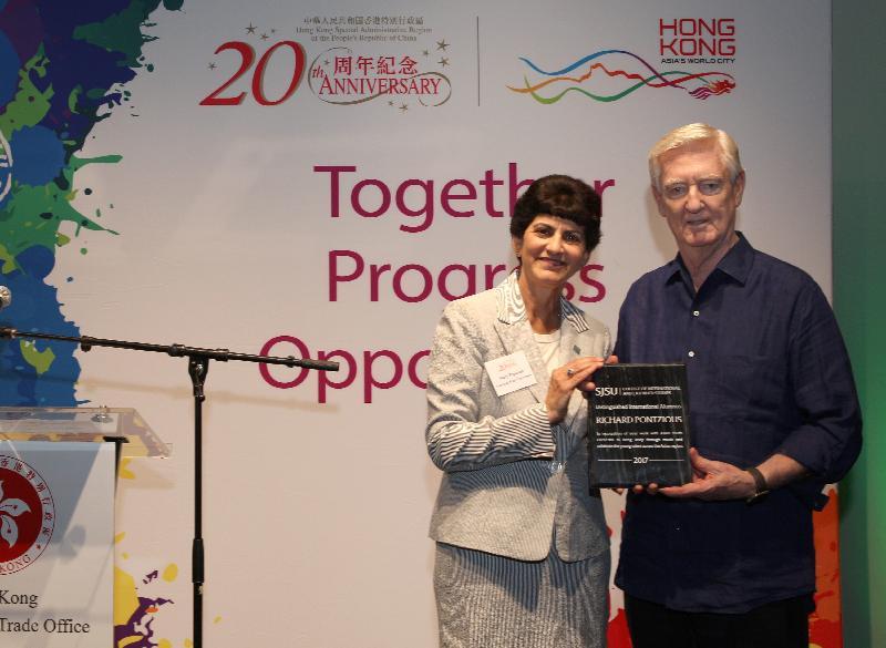 聖荷西州立大學校長Mary Papazian(左)今晚(聖荷西時間八月四日)於香港駐三藩市經濟貿易辦事處舉辦的酒會上向亞洲青年管弦樂團創辦人和藝術總監龐信頒授傑出校友獎。