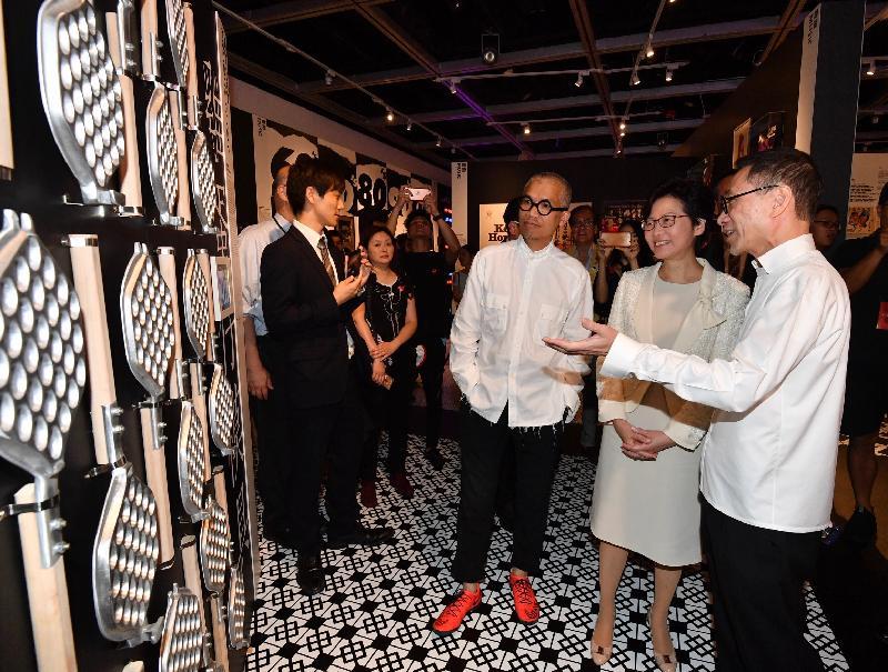 行政長官林鄭月娥今日(八月五日)出席在香港大會堂舉行的「好香港 好香港」展覽開幕禮。圖示林鄭月娥(右二)在策展人陳幼堅(右一)和又一山人(右三)陪同下參觀展覽。