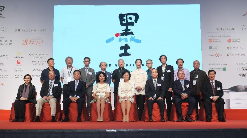 行政长官林郑月娥今日(八月五日)下午在香港会议展览中心出席全球水墨画大展祝捷会。图示林郑月娥(前排右四)、艺育菁英基金会主席方黄吉雯(前排左四)及其他主礼嘉宾在祝捷会上合照。
