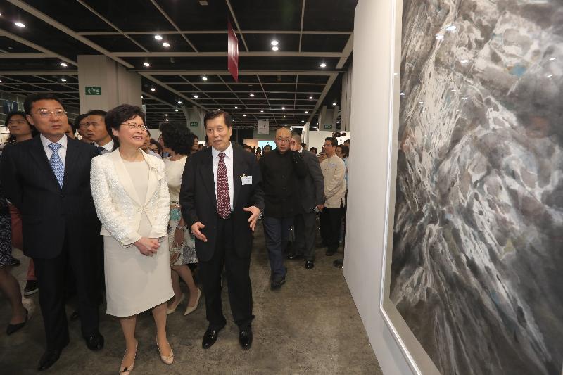 行政長官林鄭月娥今日(八月五日)下午在香港會議展覽中心出席全球水墨畫大展祝捷會。圖示林鄭月娥(左二)參觀展覽。