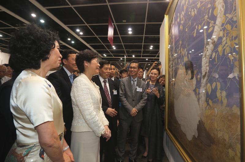 行政长官林郑月娥今日(八月五日)下午在香港会议展览中心出席全球水墨画大展祝捷会。图示林郑月娥(左二)参观展览。