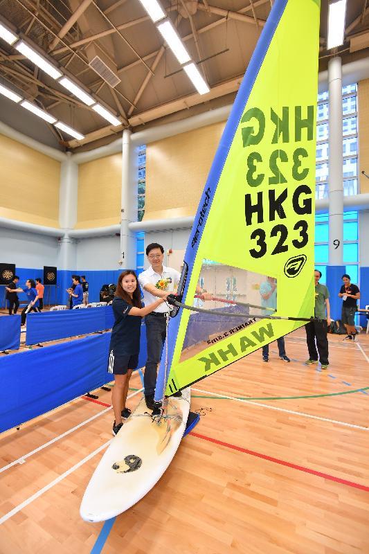 保安局局長李家超(右)今日(八月六日)在九龍公園體育館舉行的油尖旺區「全民運動日2017」中與市民參與滑浪風帆同樂活動,一同分享喜悅。