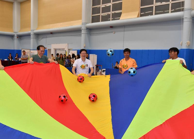 保安局局長李家超(左二)今日(八月六日)在九龍公園體育館舉行的油尖旺區「全民運動日2017」中參與律動與彩虹傘遊戲,提倡傷健共融。