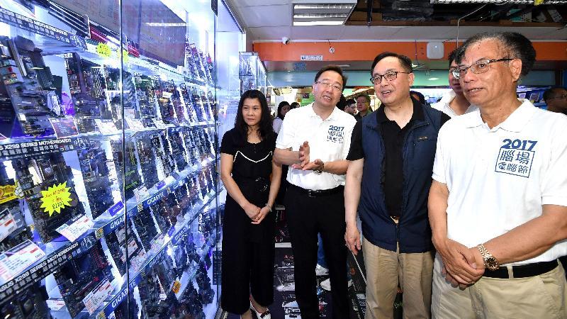 創新及科技局局長楊偉雄(右二)今日(八月六日)下午到深水埗區的電腦主題商場參觀,旁為香港電腦業協會主席葉景祺(右一)。