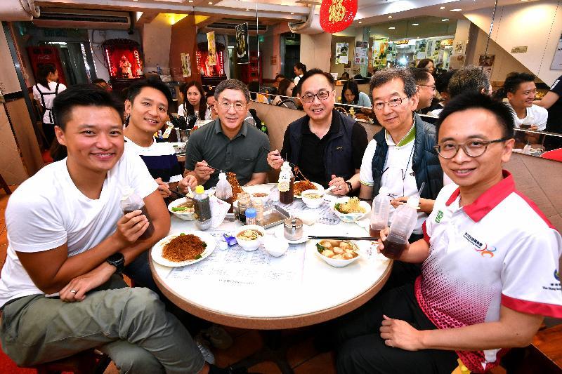 創新及科技局局長楊偉雄(右三)今日(八月六日)下午在深水埗區進行區訪,順道品嘗地道美食。