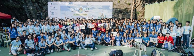 「小紙箱.大世界2017」八月十二日在堅彌地城臨時遊樂場舉行。圖為去年活動的大合照。