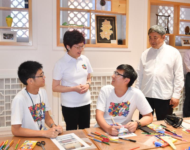 行政长官林郑月娥(左二)今晚(八月六日)到访北京故宫博物院,并和故宫博物院院长单霁翔博士(右一)与参加故宫博物院青年实习计划的实习生倾谈。