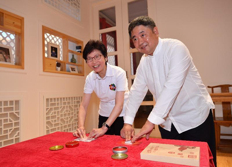行政长官林郑月娥(左)今晚(八月六日)到访北京故宫博物院,并和故宫博物院院长单霁翔博士(右)制作工艺品。