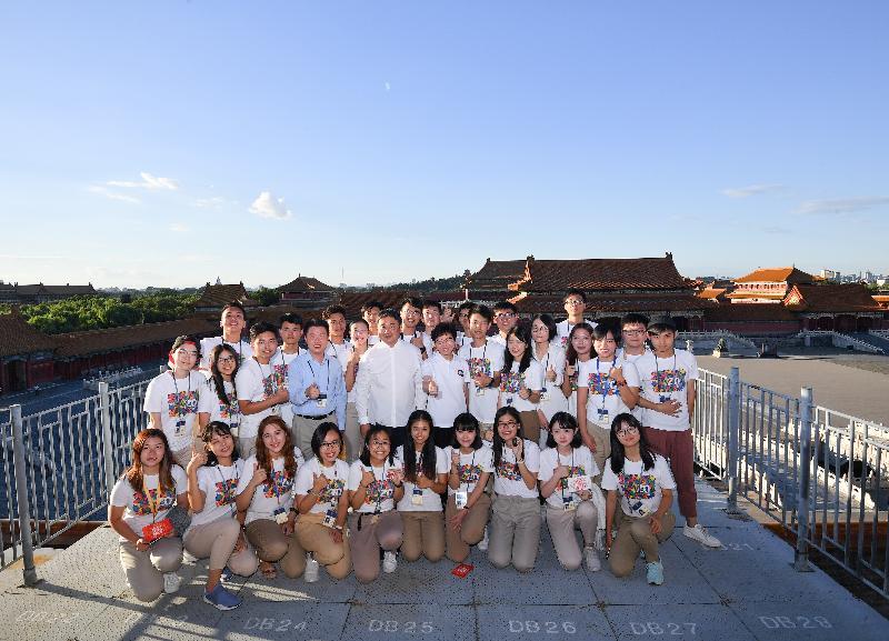 行政长官林郑月娥(第二排左六)今晚(八月六日)到访北京故宫博物院,并和故宫博物院院长单霁翔博士(第二排左五)与参加故宫博物院青年实习计划的实习生合照。