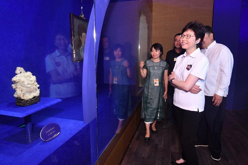 行政长官林郑月娥(右一)今晚(八月六日)到访北京故宫博物院,参观「紫禁城与海上丝绸之路」展览。