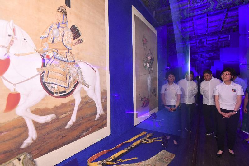 行政长官林郑月娥(右)今晚(八月六日)到访北京故宫博物院,并在故宫博物院院长单霁翔博士(左)陪同下参观「紫禁城与海上丝绸之路」展览。