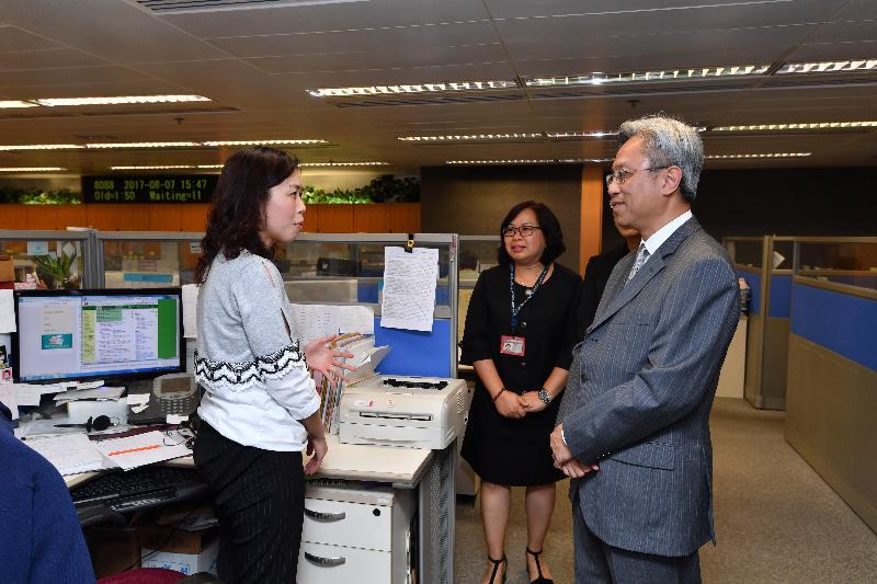 公務員事務局局長羅智光(右)今日(八月七日)參觀稅務局電話查詢中心,了解前線人員為來電查詢的市民提供的服務。