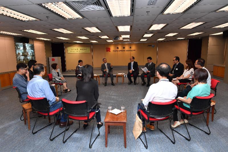 公務員事務局局長羅智光(中)今日(八月七日)與稅務局不同職系員工代表茶敍,聆聽他們關注的事宜。
