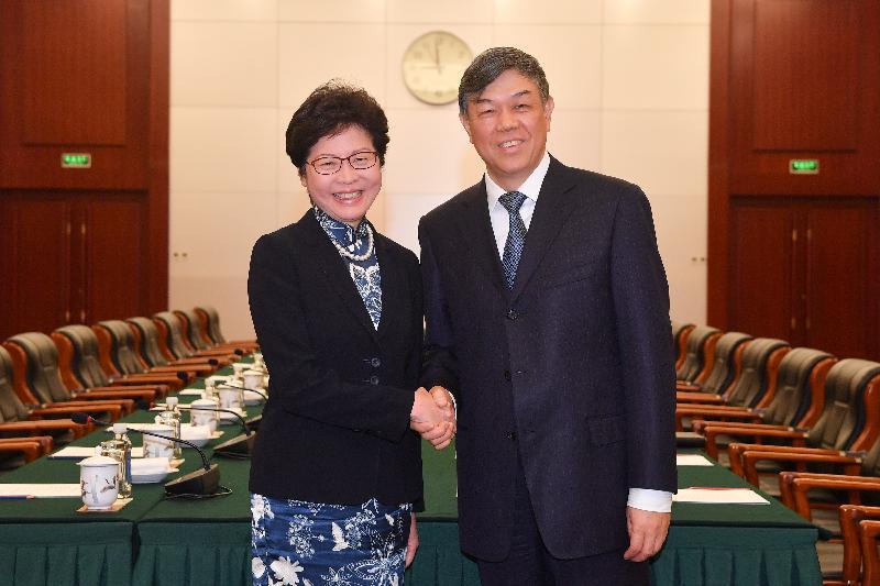 行政長官林鄭月娥(左)今早(八月七日)在北京與中國鐵路總公司總經理陸東福(右)會面。圖示二人於會面前握手。