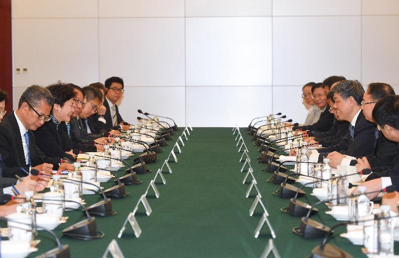 行政長官林鄭月娥(左二)今早(八月七日)在北京與中國鐵路總公司總經理陸東福(右三)會面。財政司司長陳茂波(左一)亦有出席。