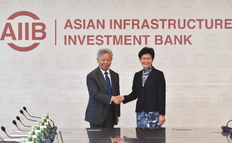 行政長官林鄭月娥(右)今早(八月七日)在北京與亞洲基礎設施投資銀行行長金立群(左)會面。圖示二人於會面前握手。