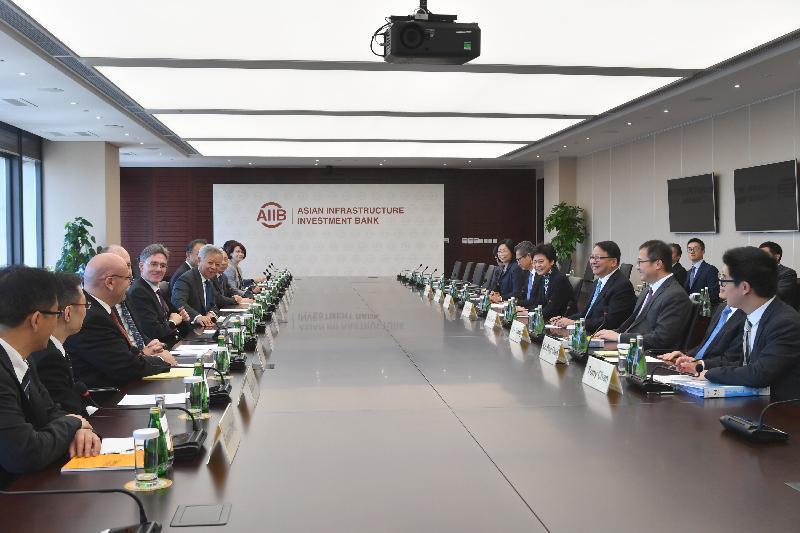 行政長官林鄭月娥(右四)今早(八月七日)在北京與亞洲基礎設施投資銀行行長金立群(左六)會面。財政司司長陳茂波(右五)亦有出席。