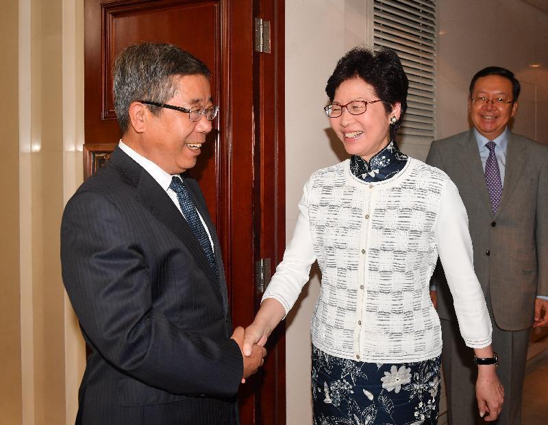 行政長官林鄭月娥(中)今日(八月七日)下午在北京與國家教育部部長陳寶生(左)會面。圖示二人於會面前握手。