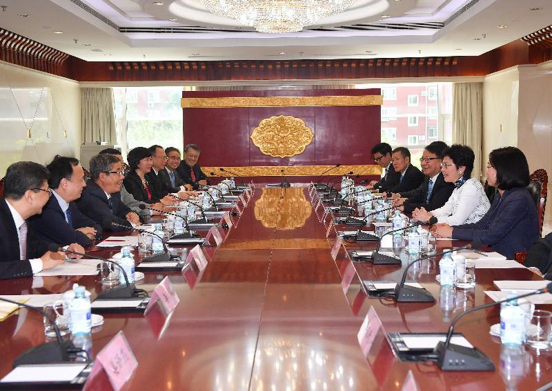 行政長官林鄭月娥(右二)今日(八月七日)下午在北京與國家教育部部長陳寶生(左三)會面。