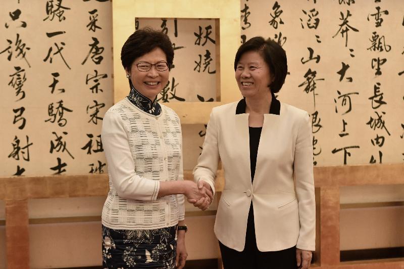 行政長官林鄭月娥(左)今日(八月七日)下午在北京與中華全國婦女聯合會主席沈躍躍(右)會面。圖示二人於會面前握手。