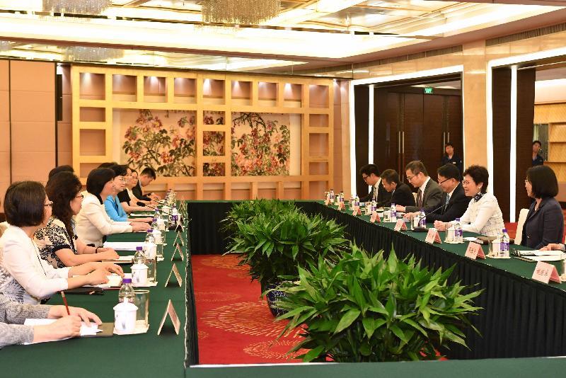 行政長官林鄭月娥(右二)今日(八月七日)下午在北京與中華全國婦女聯合會主席沈躍躍(左三)會面。