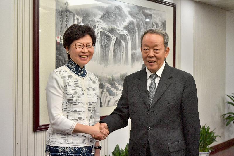 行政長官林鄭月娥(左)今日(八月七日)下午在北京與國務院港澳事務辦公室主任王光亞(右)會面。圖示二人於會面前握手。
