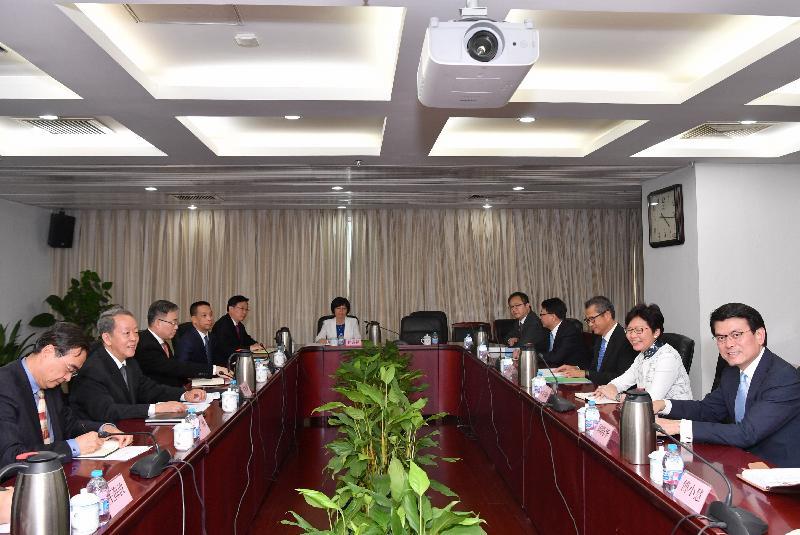 行政長官林鄭月娥(右二)今日(八月七日)下午在北京與國務院港澳事務辦公室主任王光亞(左二)會面。財政司司長陳茂波(右三)和商務及經濟發展局局長邱騰華(右一)亦有出席。