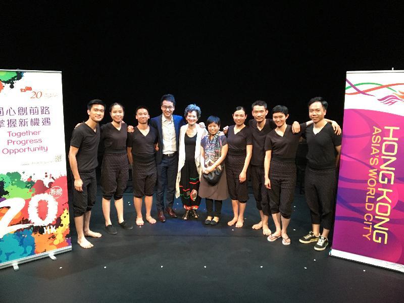 香港駐倫敦經濟貿易辦事處署理處長吳肇基(左四)在八月四日(倫敦時間)於《泰特斯2.0》演出後在倫敦 New Diorama Theatre 與鄧樹榮戲劇工作室演員及製作人員合照。