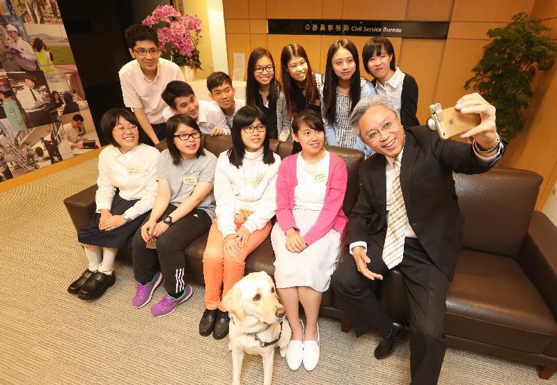 公務員事務局局長羅智光今日(八月八日)在政府總部和一些參加今年政府暑期實習計劃的殘疾大學生見面,了解他們今次的學習體驗。圖示羅智光(右)與學生自拍留念。