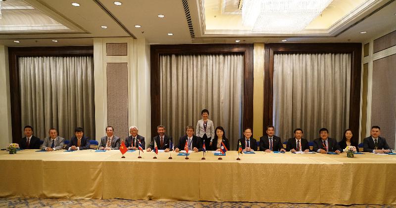 香港、法國和六個東南亞地區國家,即柬埔寨、老撾、緬甸、菲律賓、泰國和越南的民航領袖今日(八月八日)於蒙古舉行的第五十四屆亞太地區民航局局長會議期間,簽署合作備忘錄,以落實香港特別行政區政府運輸及房屋局與法國民航局於六月二十二日就提升東南亞地區國家的民航能力和民航安全訂定的合作框架。香港和法國的航空當局及業界亦有簽署合作備忘錄。簽署儀式由國際民用航空組織秘書長柳芳博士(後排)見證。